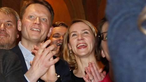 Nuutti Niinistö seurasi vaalituloksia Vanhalla ylioppilastalolla vaimonsa Saara Niinistön kanssa.
