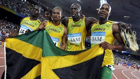 Asafa Powell, Usain Bolt ja Michael Frater menettivät Pekingin pikaviestin olympiakultansa Nesta Carterin (oik.) käryn vuoksi.