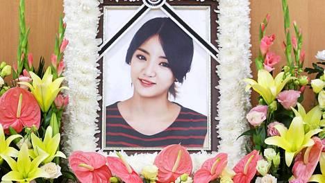 Ladies Coden laulaja EunB:n hautajaiset.