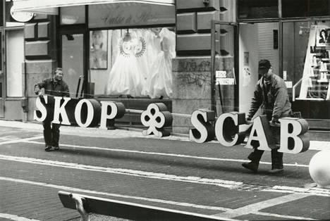 Skopin kylttejä poistettiin Helsingissä 1993.