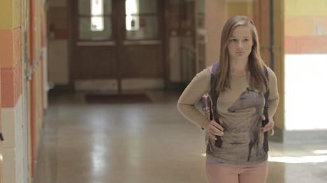 Dramatisoidussa kohtauksessa Kacie Woody seisoo koulun käytävällä.