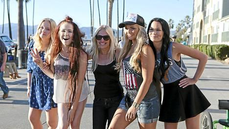 Kati Kanerva (kesk) hoivasi Henna Tolppasta, Janita Paloa, Judith Sibeliusta ja Mira Lepistöä Au pairit Los Angelesissa -sarjan kuvausten aikana.