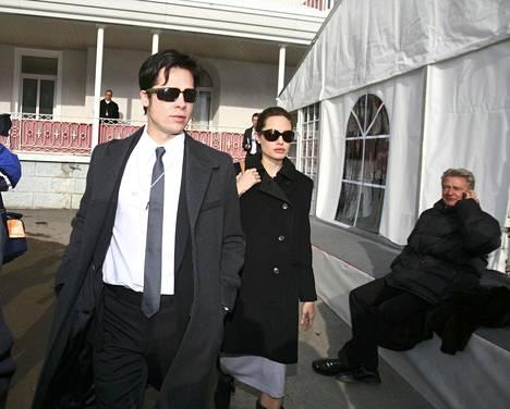 Kuvassa Brad Pitt ja Angelina Jolie vuonna 2006. Tietojen mukaan heidän suhteensa alkoi Mr. and Mrs. Smith -elokuvan kuvauksista vuonna 2005. Tuolloin Pitt oli vielä naimisissa Jennifer Anistonin kanssa.