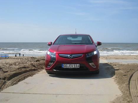 Toimivan käytetyn Opel Amperan ajoakulla ajaa helposti useampien kymmenien kilometrien matkan ja jopa sadan kilometrin edestakaiset reissut sähköllä ovat mahdollisia, mikäli lataus onnistuu molemmissa päissä. Ampera on eräs markkinoiden ensimmäisistä teknisesti asiallisista massatuotetuista lataushybrideistä ja sitä myöten myös hankintahinnaltaan jo melko kohtuullinen.