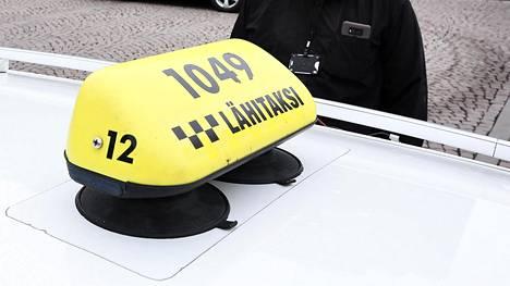 Lähitaksi kertoo nyt nostavansa omaehtoisesti taksiammattilaisen vaatimuksia ja lisää kuljettajakoulutusta.