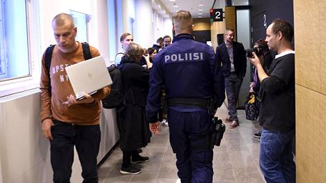 Poliisi oli paikalla oikeuskäsittely alkaessa maanantaina.