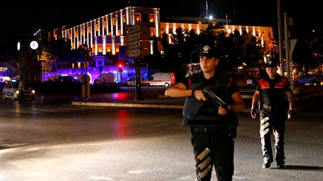 Reutersin välittämää kuvaa Ankarasta. Kuvassa sotilaita lähellä Turkin armeijan päämajaa.