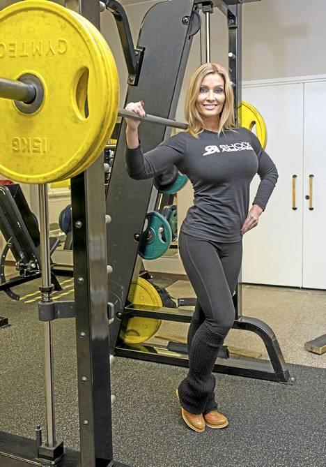 Kati Alander aloitti kilpailun Body Fitness -lajissa amatöörinä vuonna 2009. Kaksi vuotta myöhemmin hän oli jo ammattilainen.