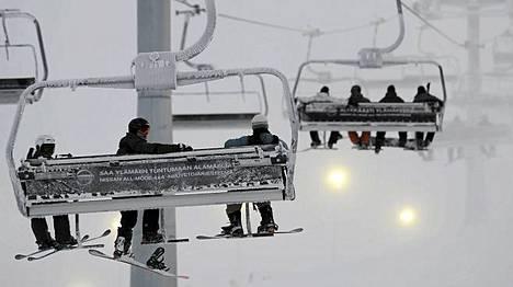 Asiakkaita hiihtohississä Kittilän Levillä 12. marraskuuta 2009.