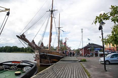 Satu Taiveahon ja Ville Virtasen häät vietettiin Vivan-purjelaivalla Haminassa.