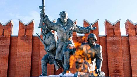 Venäjä valmistautuu juhlimaan Adolf Hitlerin Saksan kaatumista mahtipontisin menoin toukokuun 9. päivänä. Ikuinen tuli palaa neuvostosotilaiden kunniaksi pystytetyn muistomerkin edessä Moskovan lähellä sijaitsevassa Leninon kylässä.