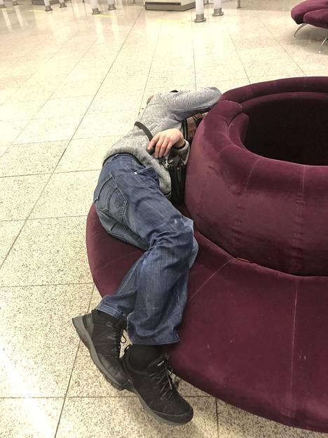 Yöunet jäivät enimmäkseen haaveeksi myös lentokentän askeettisten olosuhteiden johdosta.