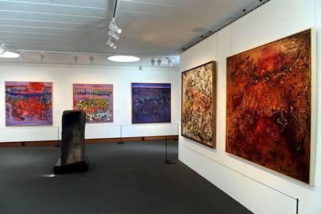 Reidar Särestöniemen nimeä kantava museo sijaitsee Kittilässä. Kuvassa taiteilijan taidetta Didrichsenin taidemuseossa.