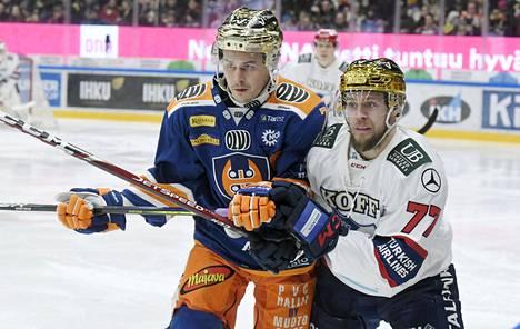Korona aiheuttaa paljon päänvaivaa myös SM-liigalle ja sen pelaajille. Kuvassa vääntävät Tapparan tähti Kristian Kuusela ja HIFK:n luottomies Teemu Turunen.