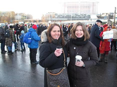 Lissu Moulton (vas.) ja Heta Kuchka ystävineen järjestivät Naisten marssin muutamassa päivässä.