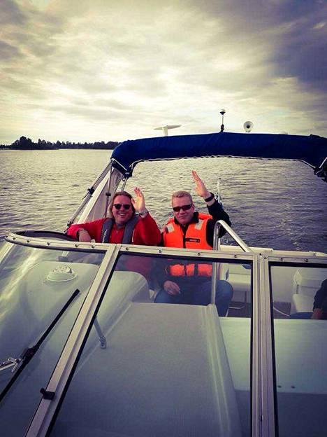 Sami Niemisen mukaan Matti Silmu rakasti veneilyä. Kuvassa ystävykset Niemisen jenkkiveneellä Selkämerellä, Porin vesillä.