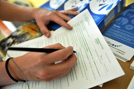 Monet toimeentulotuen hakijat tarvitsevat apua etuuslomakkeen täyttämisessä.