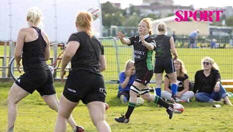 """""""Sekä tanssissa että rugbyssä on keskityttävä täysillä, ja se nollaa työasiat päästä,"""" Hanne Yli-Parkas sanoo."""