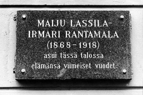 Algot Untolan aliaksia olivat Maiju Lassilan lisäksi Irmari Rantamala, Väinö Stenberg, J. I. Vatanen, Liisan-Antti ja Jussi Porilainen. Viimeiset vuodet Untola asui Runeberginkadulla Helsingissä.
