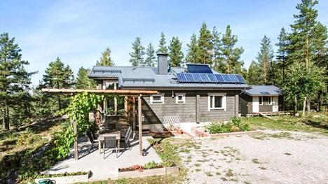 Mauno Mäkinen rakensi Karjalohjalle ekotalon, jonka asumiskustannukset pysyvät kadehdittavan edullisina. Nyt talo on myynnissä.