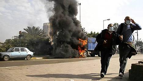 Palava auto Kairon kaduilla perjantaina.