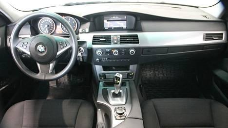 Kuvassa BMW:n viitossarjan (E60) ohjaamo.
