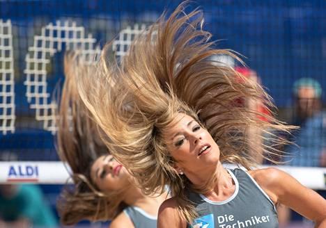 Tanssitytöt ovat esiintyneet beach volleyn MM-kisoissa ottelujen teknisten aikalisien aikana.