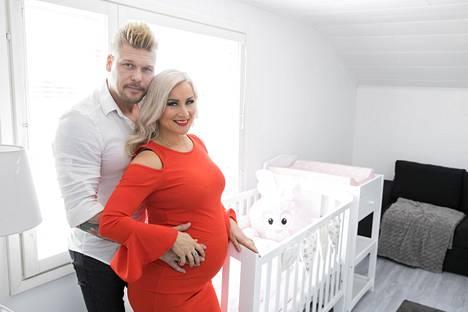 Tulevalle pienokaiselle on laitettu kaikki valmiiksi. –Tämä on ainutlaatuista, koska tämä jää todennäköisesti ainoaksi lapseksemme, pariskunta sanoo.