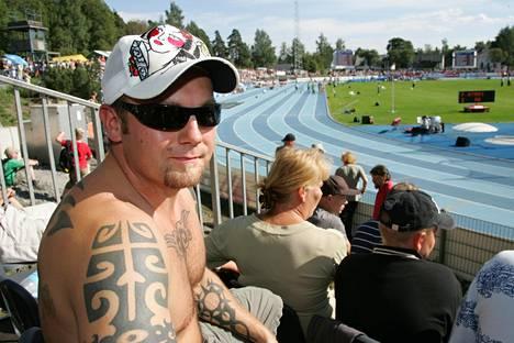 Jussi Salonoja on rahoittanut myös yleisurheilua. Tässä hän on Kalevan kisojen katsomossa Lappeenrannassa 2007.