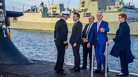 Ranskan presidentti Emmanuel Macron (toinen vasemmalta) ja Australian silloinen pääministeri Malcolm Turnbull (toinen oikealta)Australian kuninkaallisen laivaston Collins-luokan sukellusveneen kannella toukokuussa 2018.