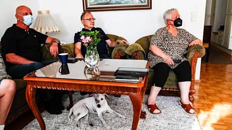 Pekka Ruokola (vasemmalla), Aarno Laukkanen, Päivi Laukkanen ja Karkki-koira jännittivät Mira Potkosen välieräottelua.