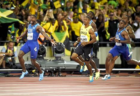 Justin Gatlin (vas.) juhli lauantaina uransa toista 100 metrin MM-kultaa.