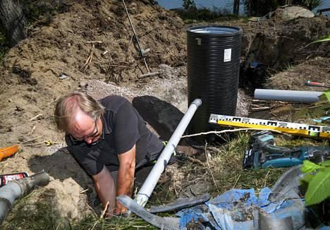 Kun putki on oikeassa mitassa, voidaan ensimmäinen kaivoista liittää mökistä ulos johtavaan viemäröintiin.