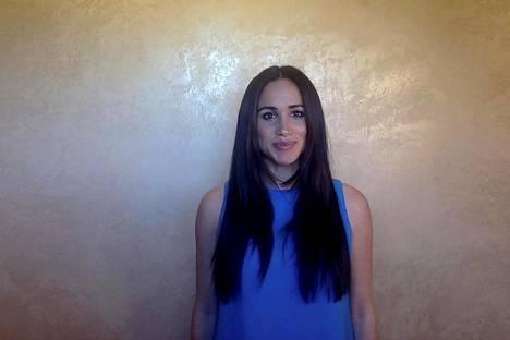 Meghan edusti tiistaina pitkät hiukset suorina ja avonaisina. Myös hänen meikkinsä oli kokenut muutoksen.
