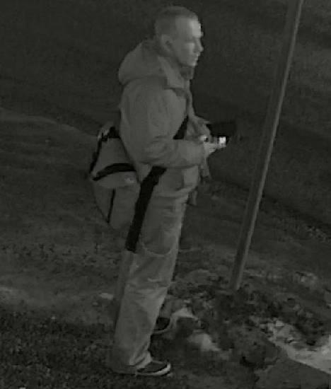 Poliisi etsii kuvassa olevaa miestä.
