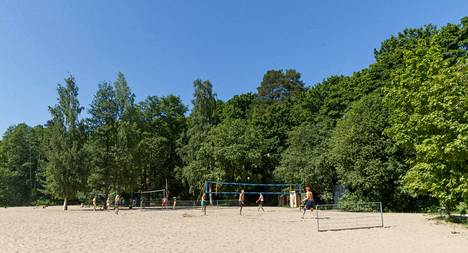 Rosendahlin rannassa Tampereella pelattiin rantalentistä.