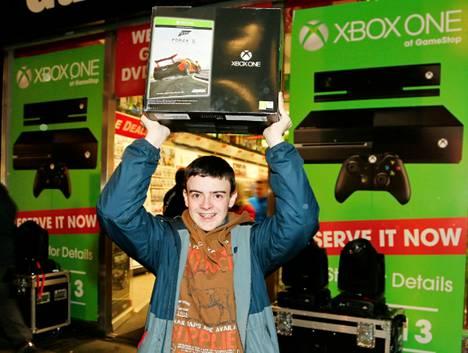 Tätä et pääse tuulettamaan Suomessa vielä hyvään aikaan. Kuvassa iloinen ostaja Irlannin Xbox One -julkistuksessa.