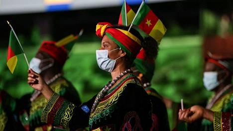 Kamerunin asut erottuivat massasta.