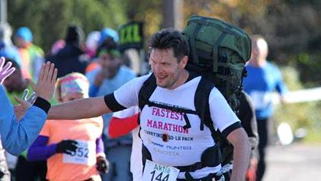 Jussi Kallioniemi juoksi viime vuonna Vantaan maratonin 27,2 kilon painoinen rinkka selässään.