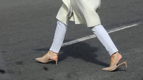 Valkoisissa farkuissa tyylin ammattilaiselle mallilla on iso merkitys.