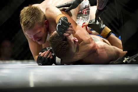 Nurminen vuonna 2015 Cage Fightin ottelussa, otteessa naapurimaa Ruotsin Jonathan Svensson.