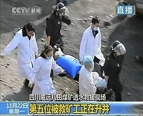 Kaivosmiehet vietiin ambulansseihin silmät peitettyinä.