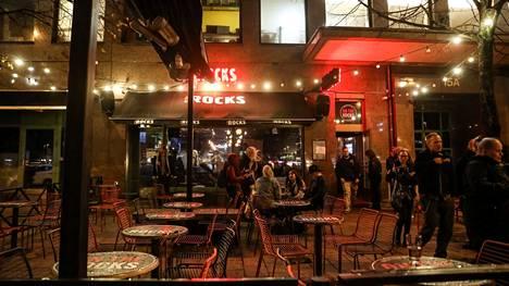 Puolen yön jälkeen baariin pääsivät vain ne, joilla on koronapassi.