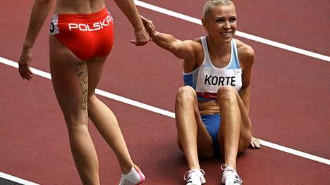 Puolan Pia Skrzyskowska auttoi Annimari Kortteen ylös radanpinnasta alkuerän jälkeen. Korte jäi välieräpaikasta 0,06 sekuntia, ja vasemman takareiden operointi on edessä.