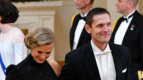 Sinuhe Wallinheimo hymyili leveästi vaimon positiiviselle hämmennykselle.