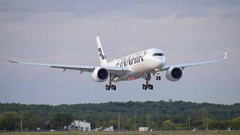 Finnairin A350 XWB -koneen tunnistaa sen ylöspäin kaareutuvista siivenkärjistä.