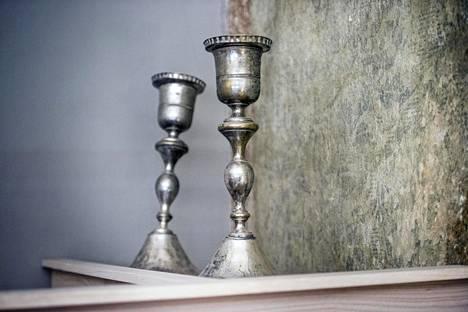 Taaimmainen vinossa oleva 1800-luvun kynttilänjalka putosi lattialle ja odottaa korjausta.