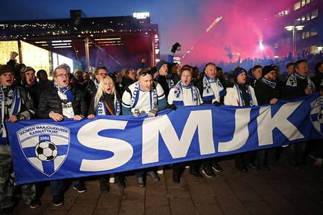 Virallinen fanimarssi kokoontui Helsingin Narinkkatorille, josta se lähti kulkemaan kohti Töölöä ja Telia 5G Areenaa.