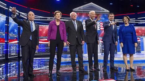 Demokraattien Michael Bloomberg, Elizabeth Warren, Bernie Sanders, Joe Biden, Pete Buttigieg ja Amy Klobuchar vaaliväittelyssä Las Vegasissa keskiviikkona.