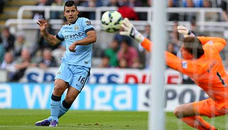 Sergio Agüero laukoo pallon toistamiseen Newcastlen verkkoon.